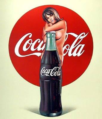 chica semi desnuda con una botella de refresco de coca cola