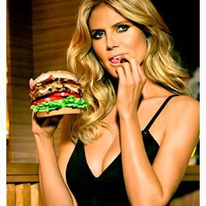 heidi klum posa para una publicidad de hamburguesa